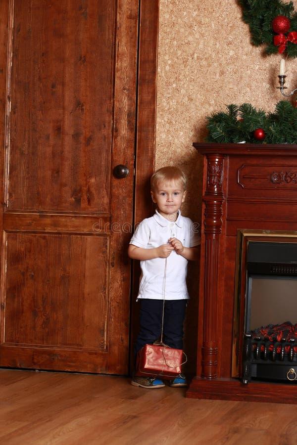 有礼物的小男孩 免版税库存照片