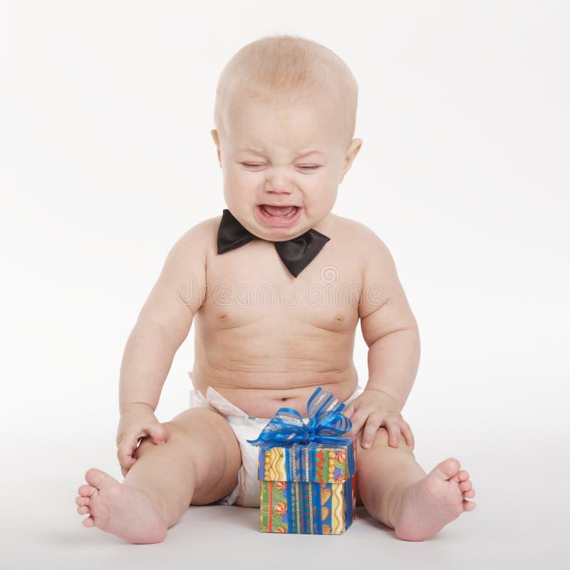 有礼物的小滑稽的男孩 免版税库存图片