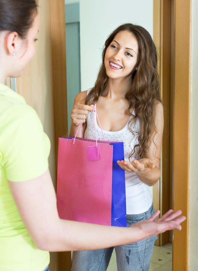 有礼物的快乐的少妇 免版税库存图片