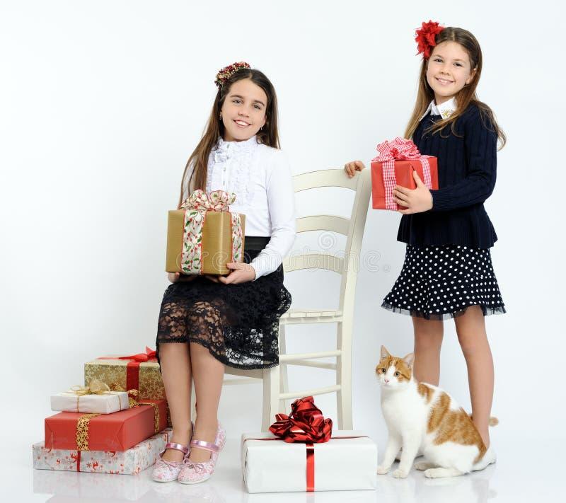有礼物的愉快的女孩 免版税库存照片