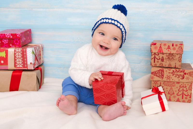 有礼物的美丽的矮小的婴孩 免版税库存图片