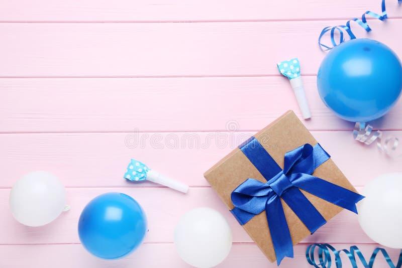 有礼物盒和吹风机的气球 免版税库存照片