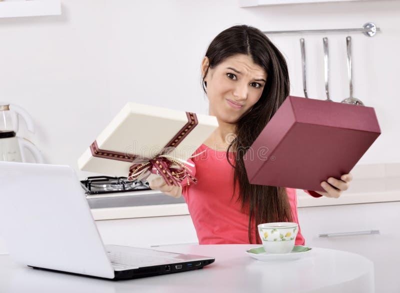 有礼物盒的不快乐的少妇 免版税库存照片