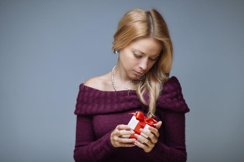 有礼物盒的妇女 免版税库存照片
