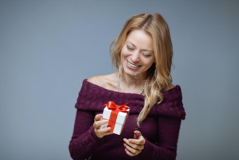 有礼物盒的妇女 免版税库存图片