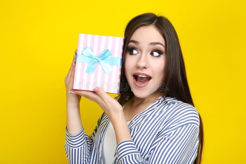 有礼物盒的年轻女人 库存图片
