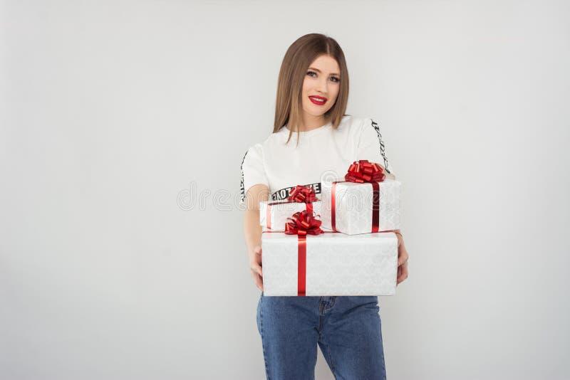 有礼物盒的微笑的金发碧眼的女人 图库摄影