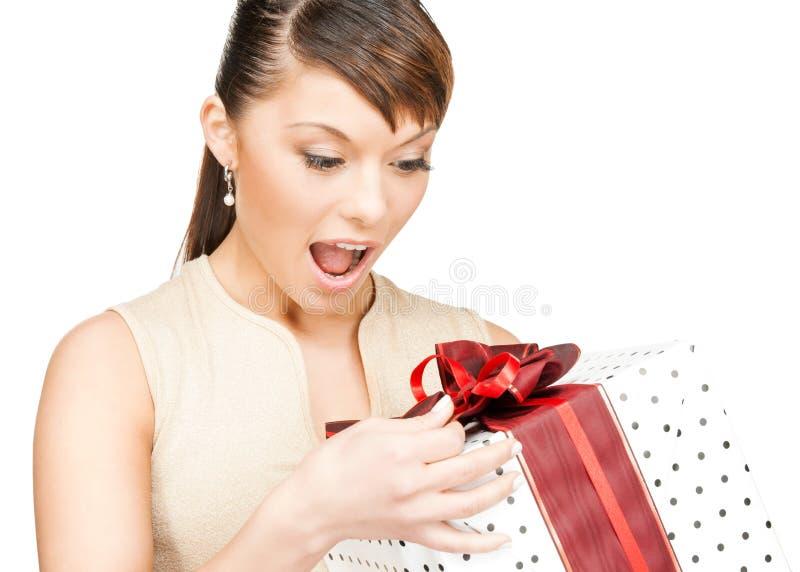 有礼物盒的愉快的妇女 免版税库存照片