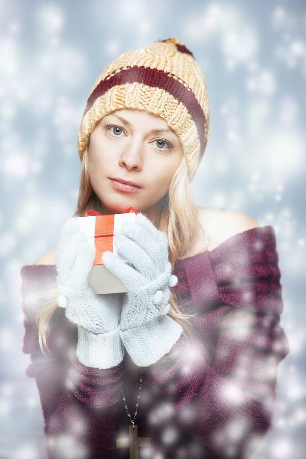 有礼物盒的白肤金发的女孩 库存图片
