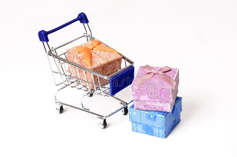 有礼物盒的购物车-网上购物概念 库存照片