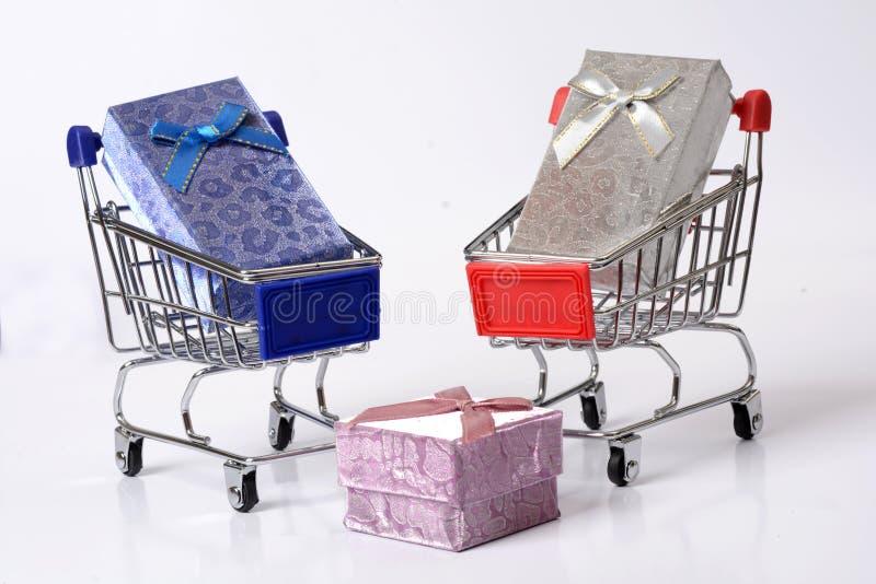 有礼物盒的-网上购物概念购物车 免版税库存照片
