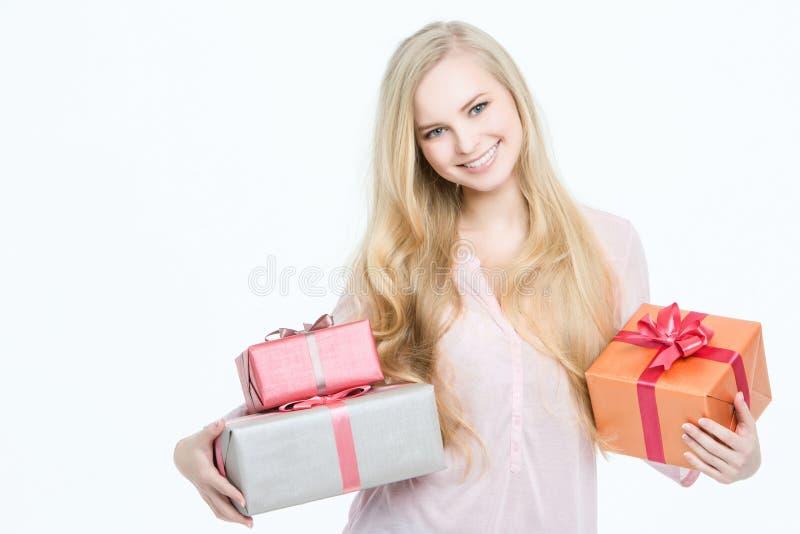 有礼物盒的画象愉快的妇女在手上 免版税库存照片