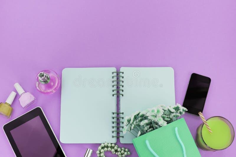 有礼物花women&的x27超现实主义装饰构成箱子;s首饰化妆购物的假日紫色背景 免版税图库摄影