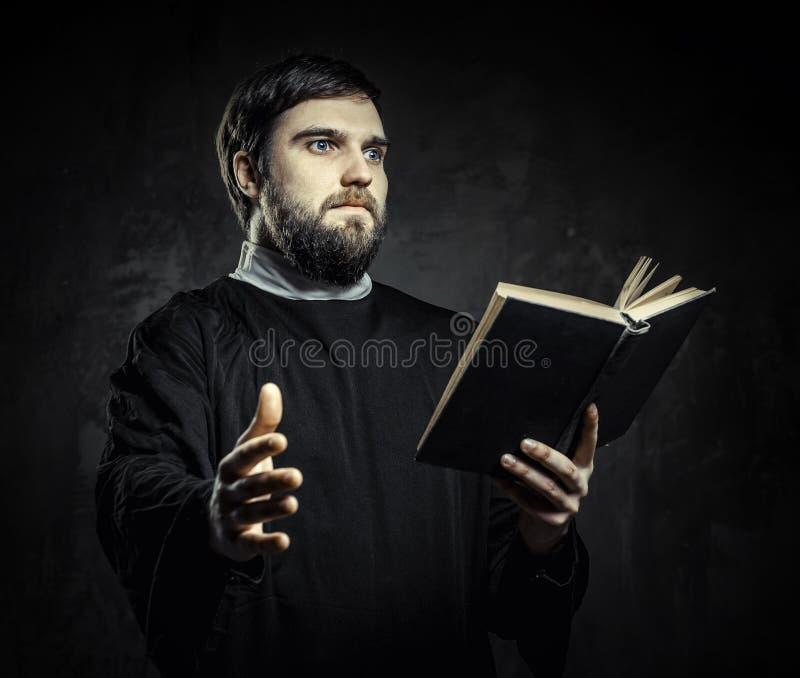 有祈祷书的教士 库存照片