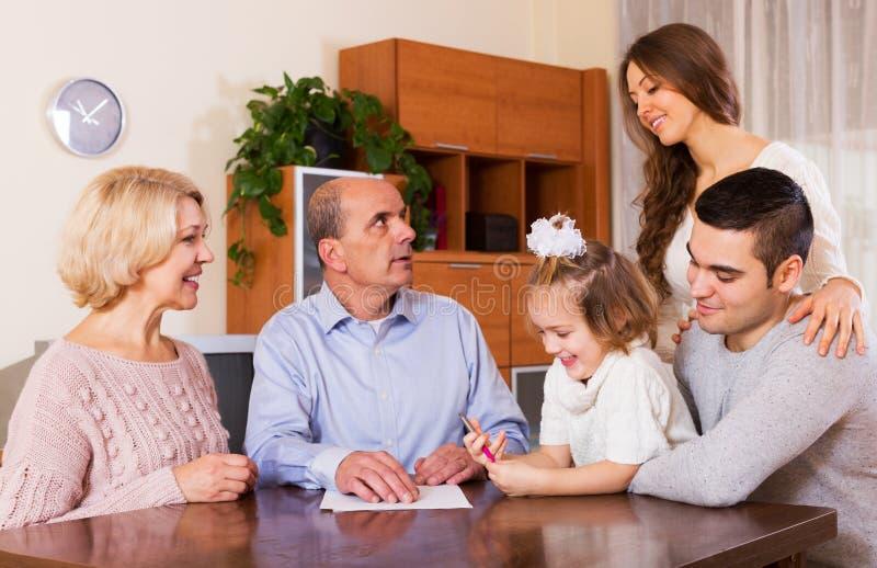 Download 有票据的家庭成员 库存图片. 图片 包括有 抵押, 父亲, 孩子, 平面, 负债, 系列, 普通, 母亲 - 59101449