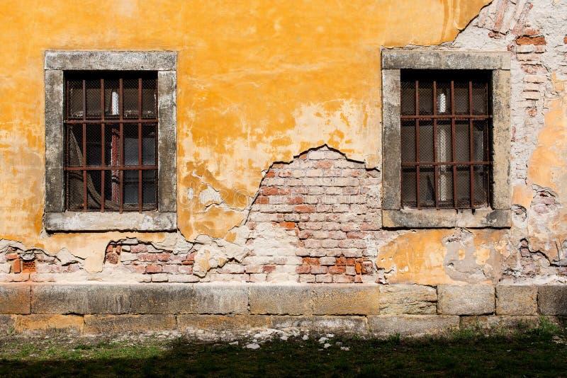 有禁止的窗口的3老损坏的墙壁 免版税库存照片