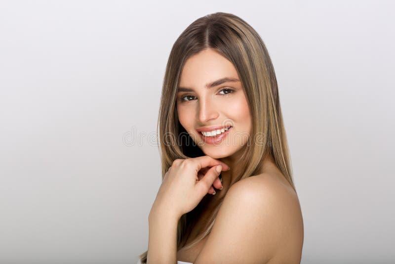 少和少妇_有秀丽皮肤和秀丽发型的少妇. 嘴唇, 设计.