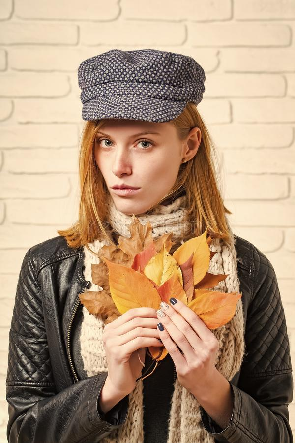 有秋叶的妇女在皮夹克 库存照片