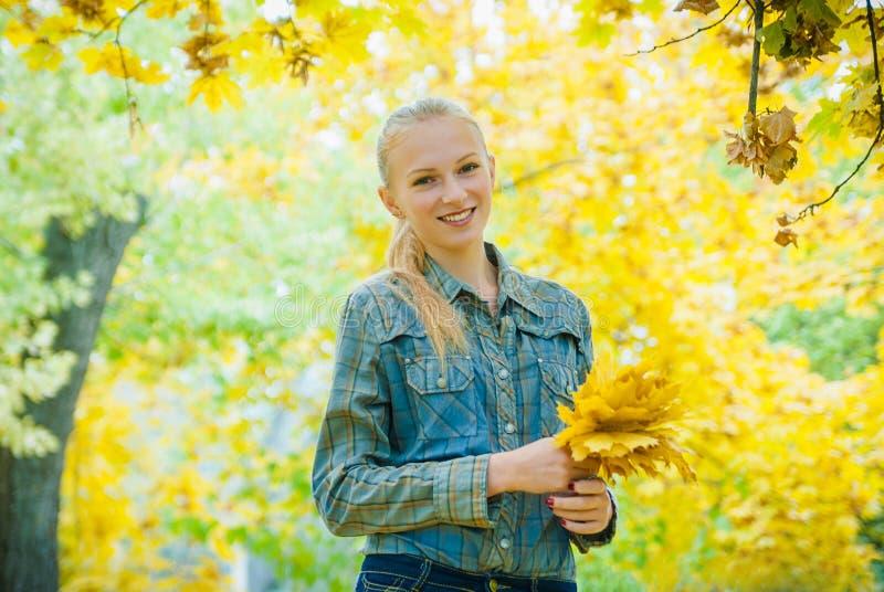 有秋叶的少妇 库存图片