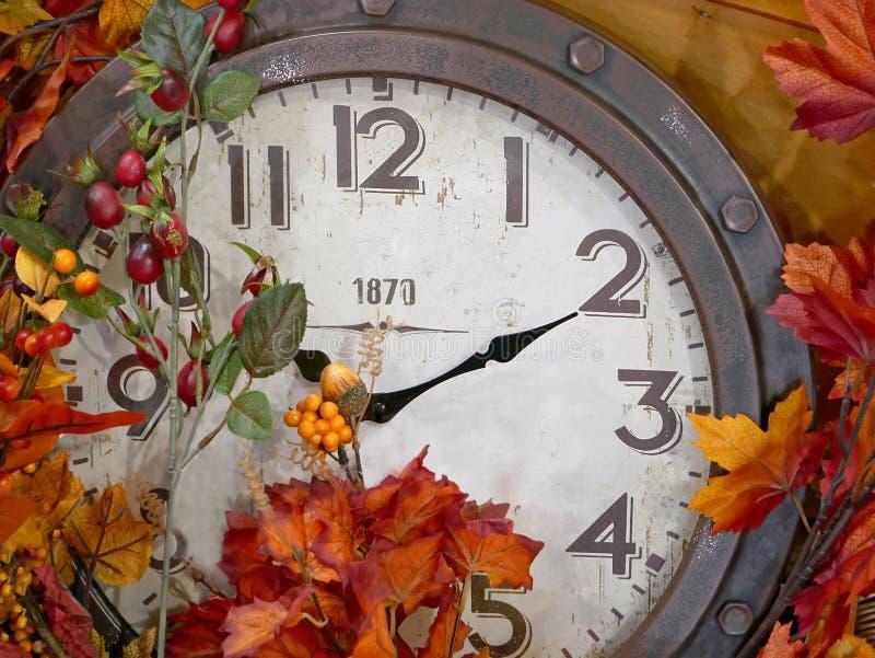 有秋天叶子装饰的葡萄酒时钟 免版税库存照片