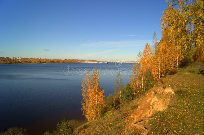 有秋天树的河 库存图片
