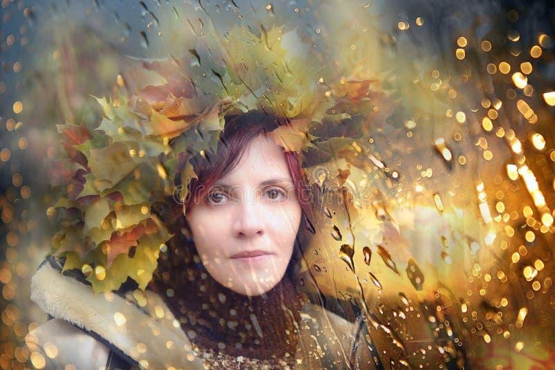 有秋天花圈的妇女在她的头 图库摄影