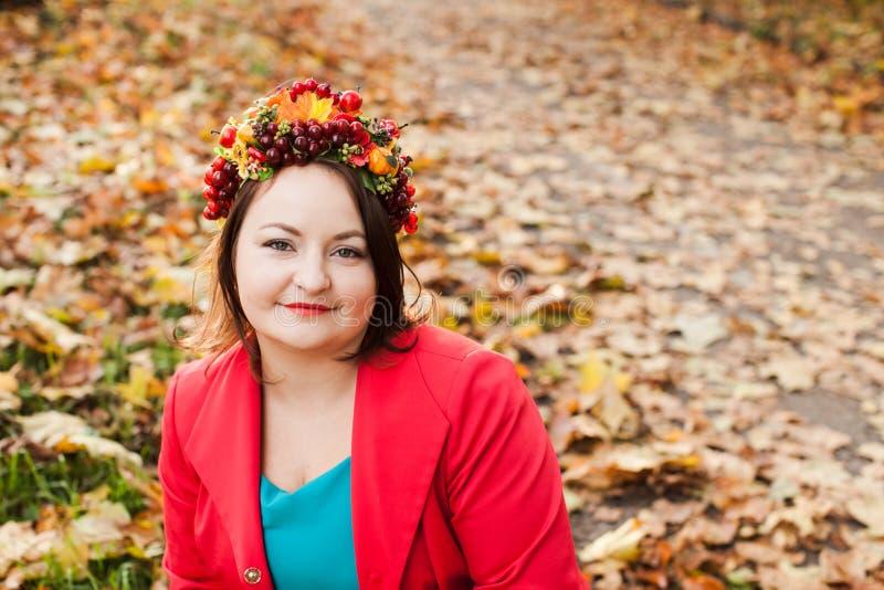 有秋天花圈的妇女 免版税图库摄影