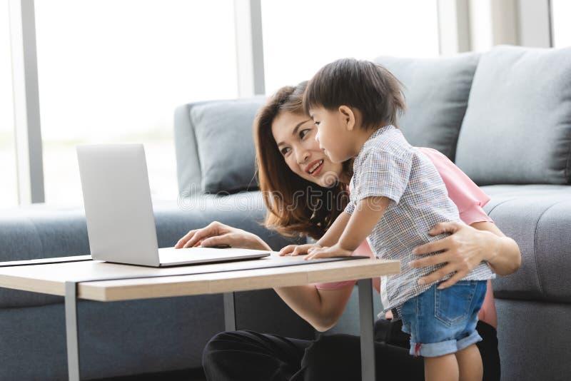有空亚洲的家庭 免版税库存照片