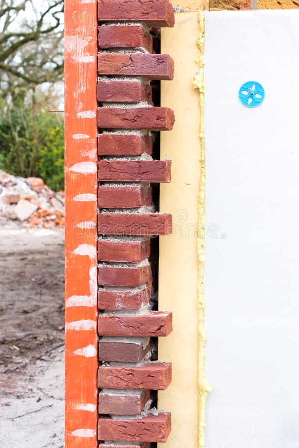 有空心墙绝缘材料的石造壁 免版税库存图片