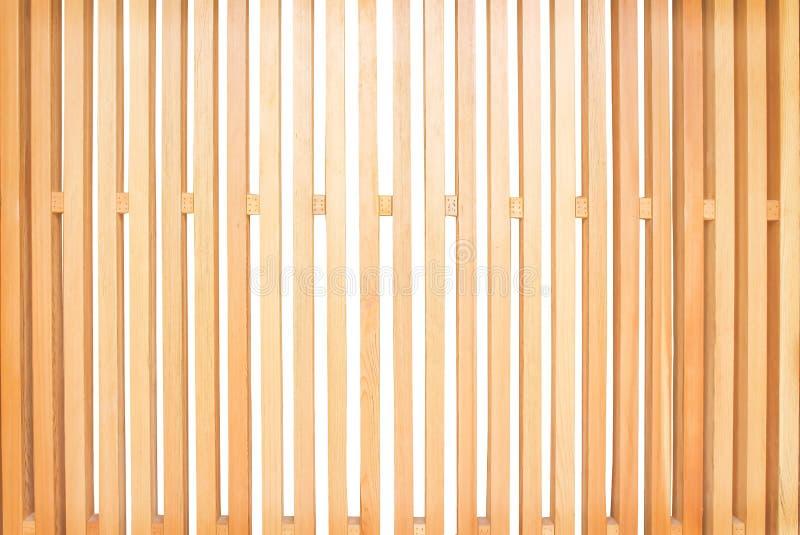 有空格交替的样式的浅褐色的木篱芭在白色背景被塑造隔绝的垂直 库存图片