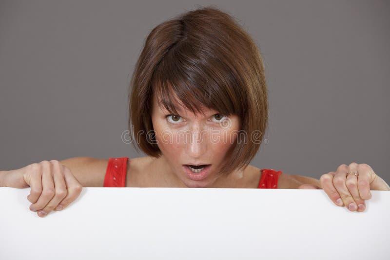 有空白横幅的惊奇的妇女 免版税图库摄影