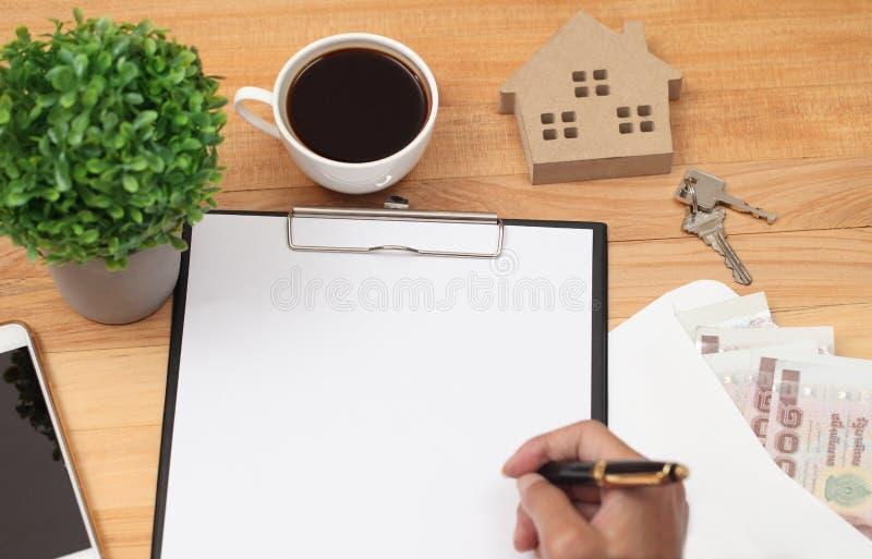 有空白的剪贴板回收纸、笔、镜片和咖啡c 库存图片