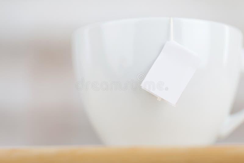 有空白的标签的茶杯 库存照片