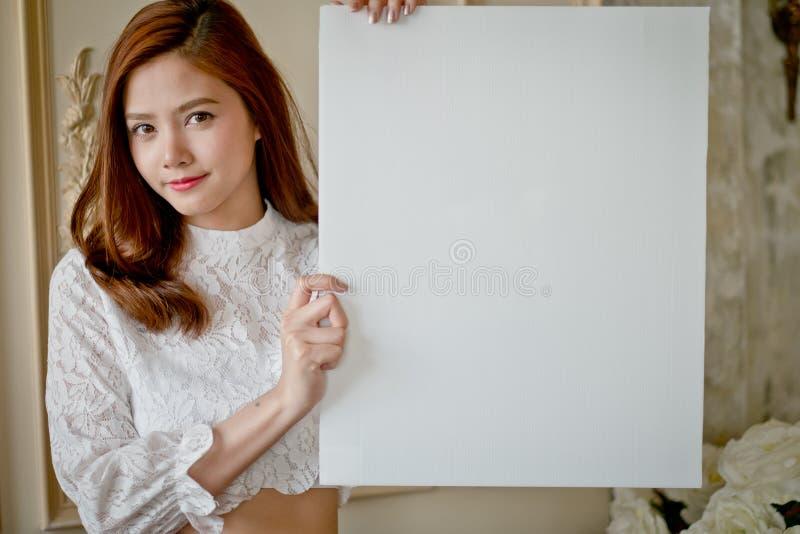 有空白的白色的小女孩广告的 免版税图库摄影