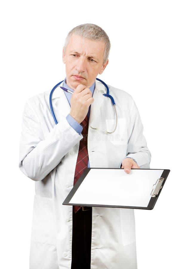 有空白的纸片的成熟医生 库存图片