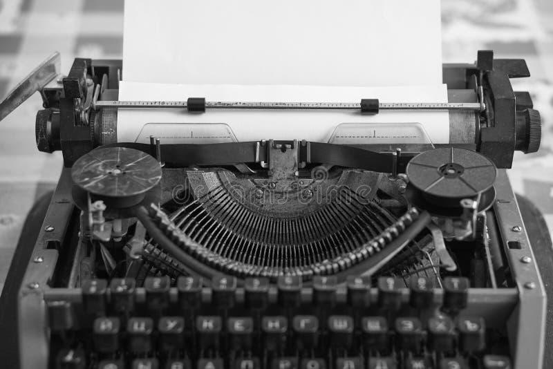 有空白纸的减速火箭的打字机 免版税库存图片