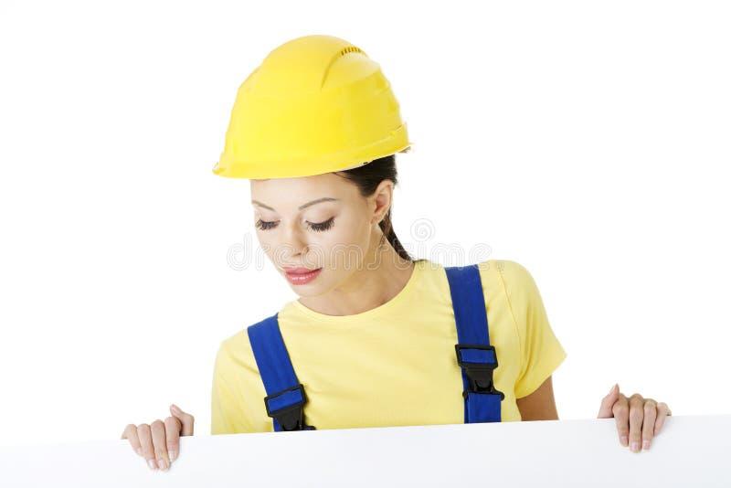 有空白董事会的女性建筑工人 库存照片