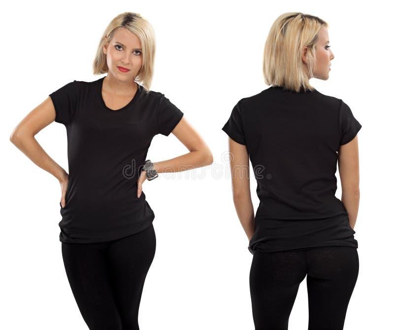 有空白黑色衬衣的白肤金发的妇女 免版税库存照片