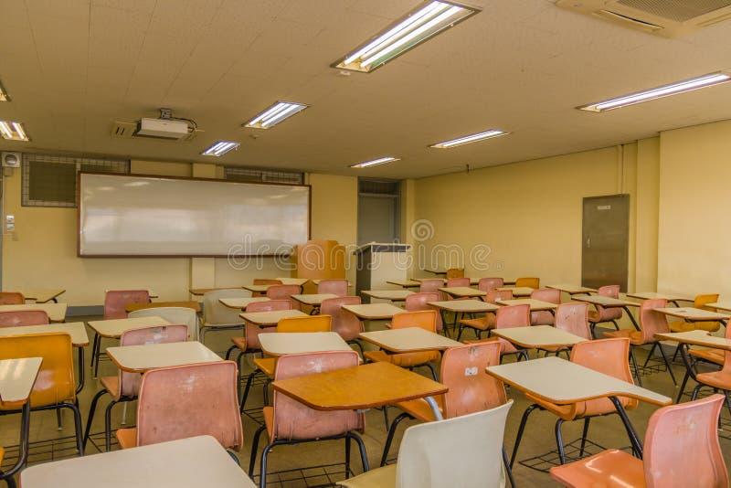 有空的书桌的教室有大whiteboard的 免版税库存照片