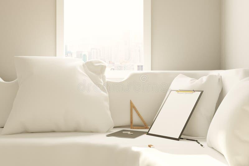 有空的剪贴板的沙发 皇族释放例证