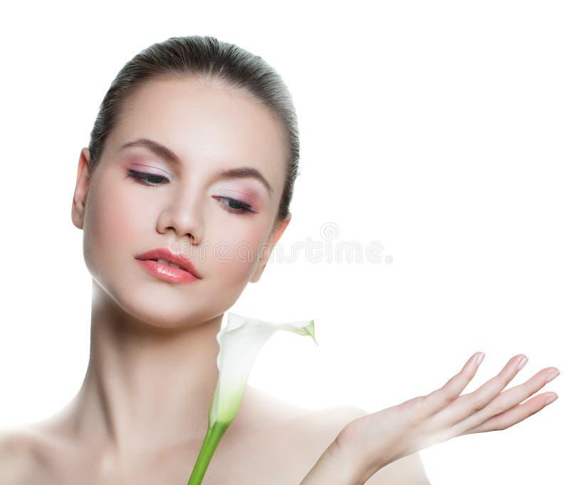 有空的拷贝空间的逗人喜爱的年轻女人在白色隔绝的开放手上 Skincare和健康概念 存在您的产品 图库摄影