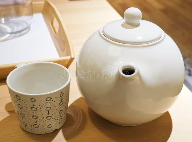 有空的杯的茶罐在表上 免版税库存图片