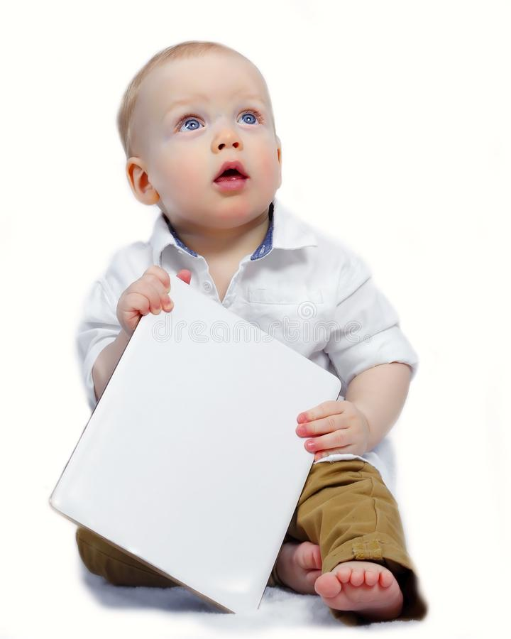 有空的白皮书的逗人喜爱的小男孩在他的手上 大模型 免版税库存照片