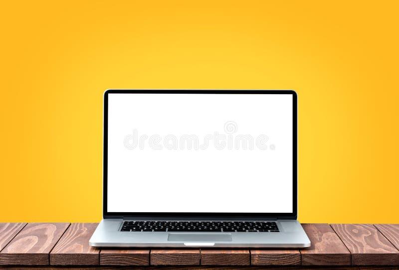 有空的白色屏幕的现代膝上型计算机 图库摄影