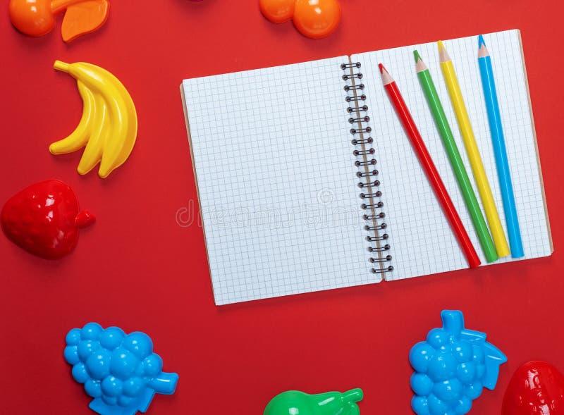 有空的白色板料和多彩多姿的木pe的开放笔记本 库存图片
