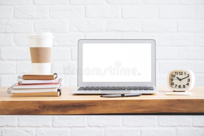 有空的白色膝上型计算机屏幕的设计师桌面 库存照片