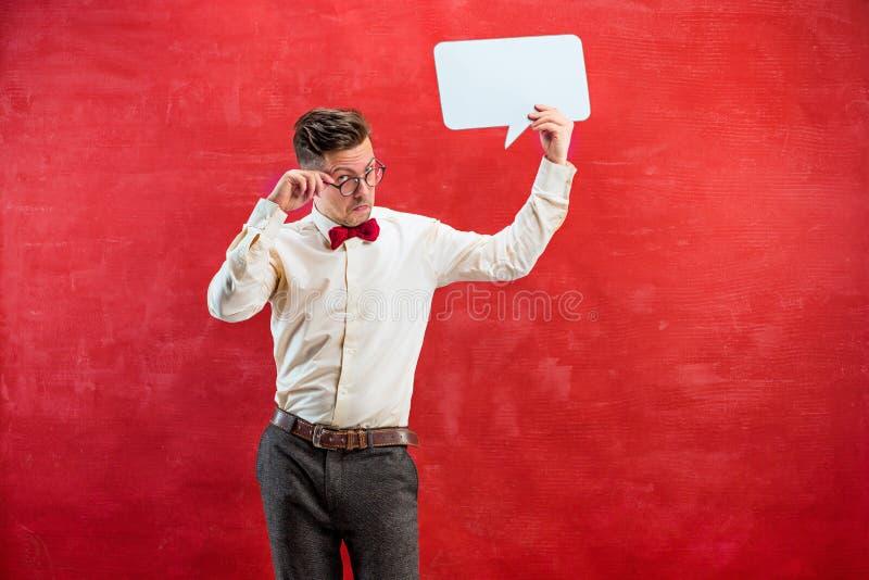 有空的空白的标志的年轻滑稽的人 库存照片
