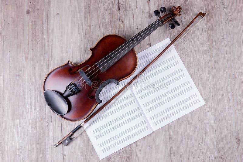 有空的音乐纸张书的古典小提琴 演播室被射击老小提琴 库存照片