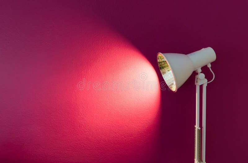 有空的紫色墙壁的现代灯 免版税库存照片