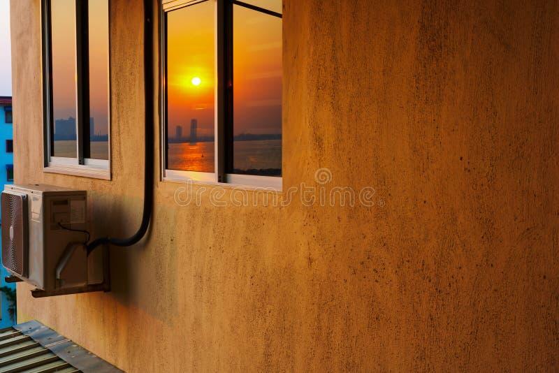 有空调的高层住房在日出 免版税库存照片